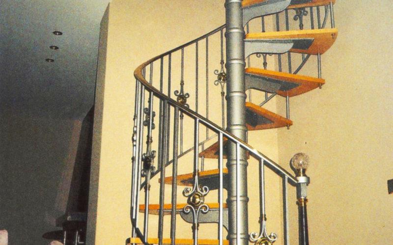 escalier-metallique-tournant-marches-bois